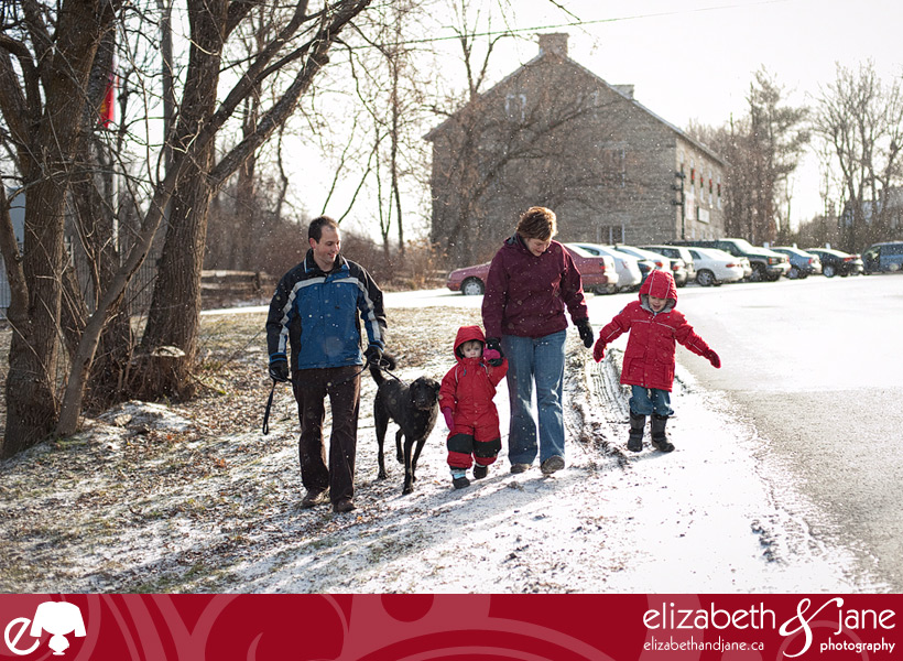 Family photo: family walking in the snow