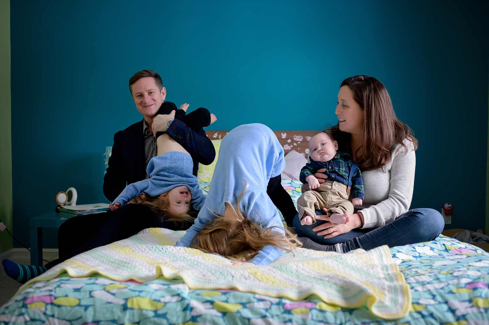 Baby Connor with his whole sisters and parents in a funny and crazy family photo in Ottawa, Ontario
